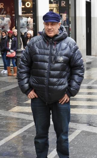 Federico Moccia paseando por la Gran Vía madrileña