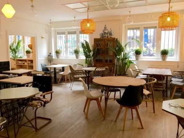 Un espacio de tendencia actual, luminoso, con mobiliario funcional de materiales naturales como la madera, bambú y mármol