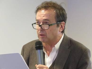 """Javier Moro, ganador del Premio Planeta 2011, dictó una excelente conferencia  """"Las montañas de Buda"""", documentando durante su exposición un libro suyo del mismo título"""