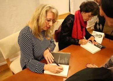 Marifé Santiago Bolaños y Mercedes Gómez Blesa firmando libros