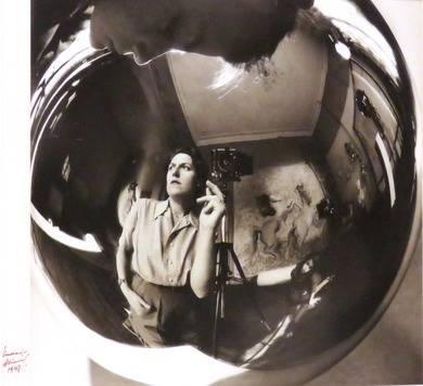Annemarie Heinrich (1912-2005), Autorretrato con hijos, 1947. Gelatina de plata sobre papel