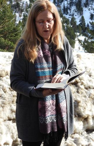 Luz Gabás en Benasque leyendo un pasaje de su nueva novela