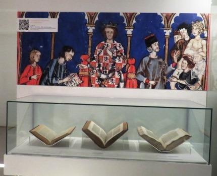 Se exhibe una selección de piezas manuscritas e impresas ligadas a la labor histórica del monarca Alfonso X
