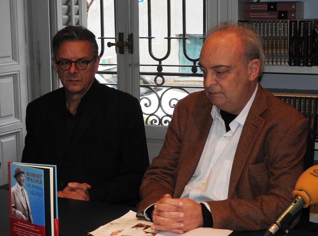"""Reto Sorg y Enrique Vila-Matas presentan la edición conmemorativa de """"El paseo"""" de Robert Walser"""