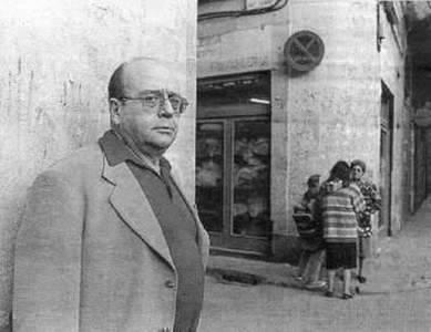 Manuel Vázquez Montalbán en uno de los barrios de Barcelona en los que ambientaba sus novelas