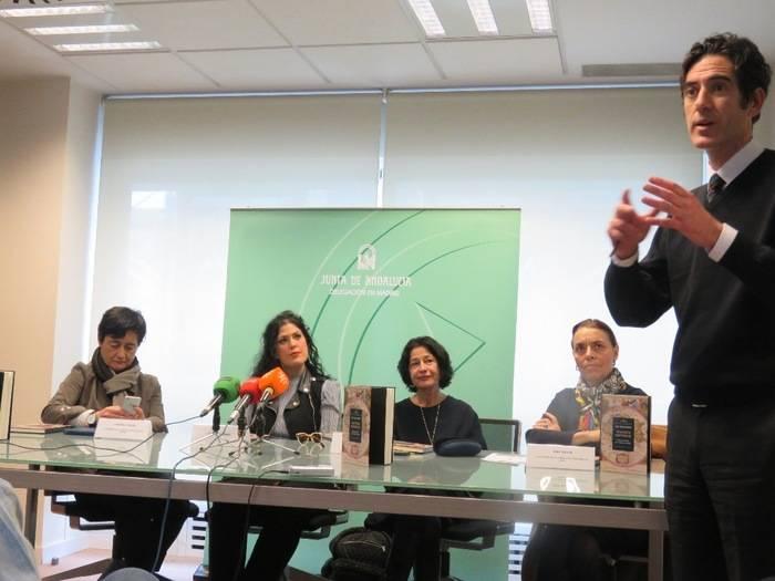 Sentadas, de izquierda a derecha, Candela Mora, delegada de la Junta de Andalucía en Madrid; la autora Eva Díaz Pérez; Mercedes de Pablos, directora del Centro de Estudios Andaluces y Ana Gavín, directora de la Fundación José Manuel Lara . En primer término, de pie, Ignacio Garmendia, editor de la Fundación José Manuel Lara
