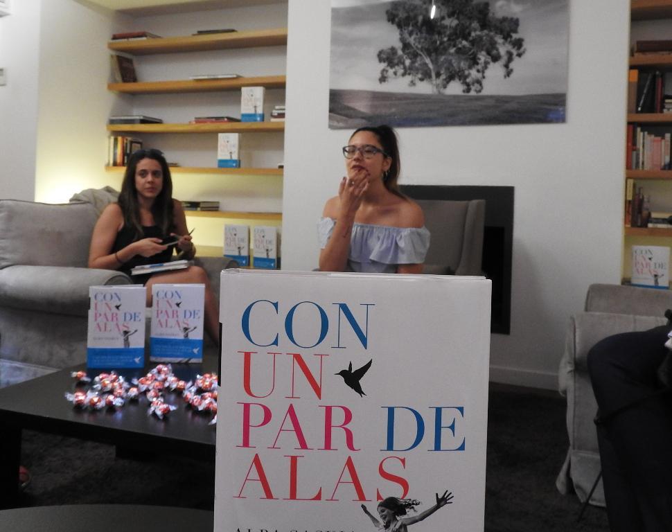 """Alba Saskia presenta su primera novela """"Con un par de alas"""", la escritora a la que los periodistas quieren adoptar"""