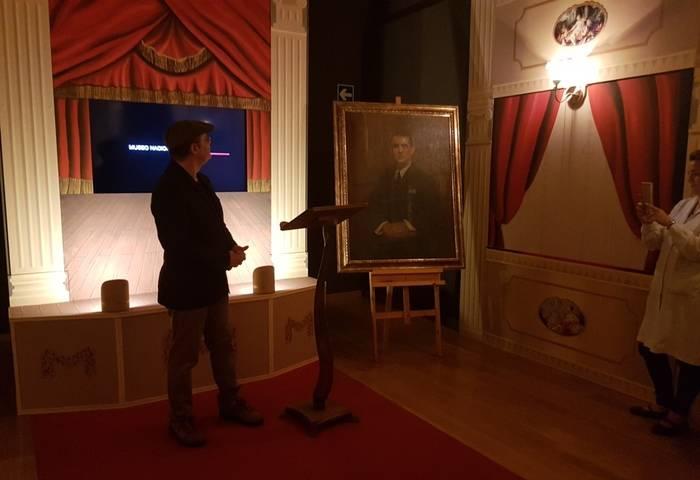 Alejandro Cabeza junto al retrato de Lorca