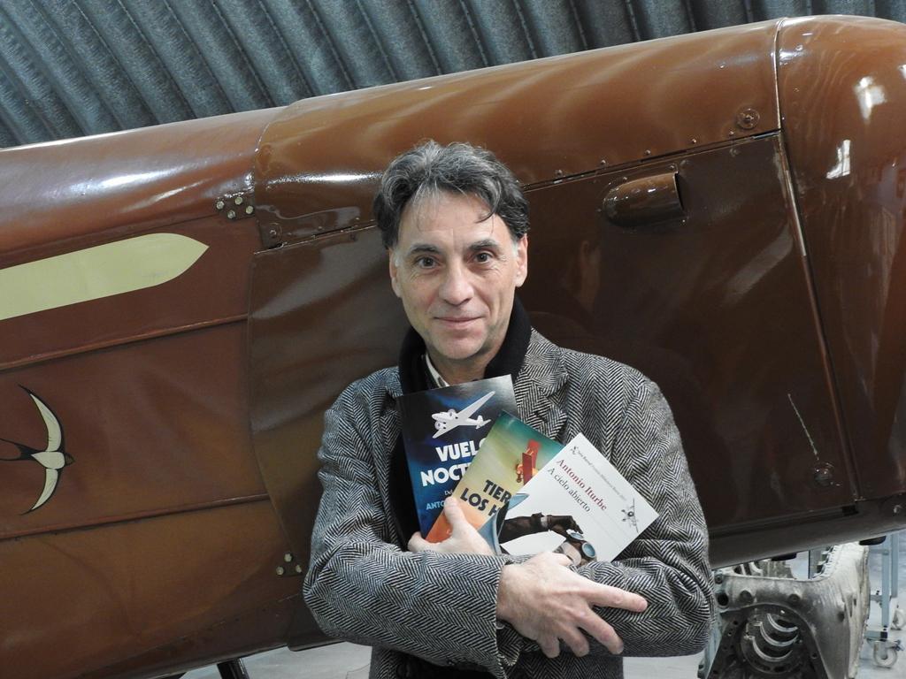 """Antonio Iturbe presenta en el aeródromo de Cuatro Vientos su libro """"A cielo abierto"""""""