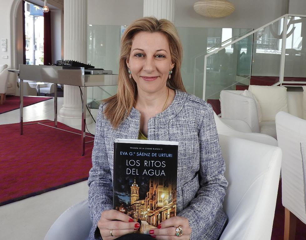 """Entrevista a Eva García Sáenz de Urturi, autora de """"Los ritos del agua"""""""