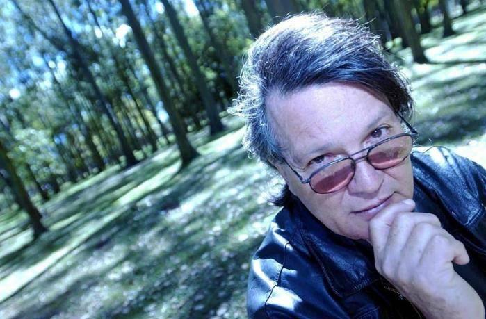 """El escritor cubano costarricense Froilán Escobar presenta """"Tres en una taza"""" en España"""