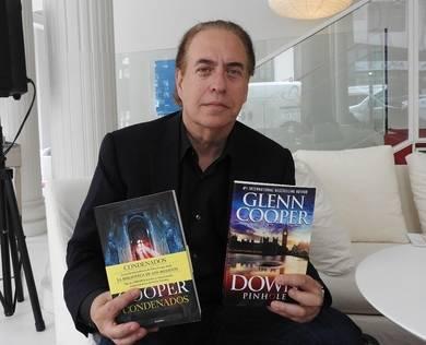 Glenn Cooper con su último libro en versiones española y americana