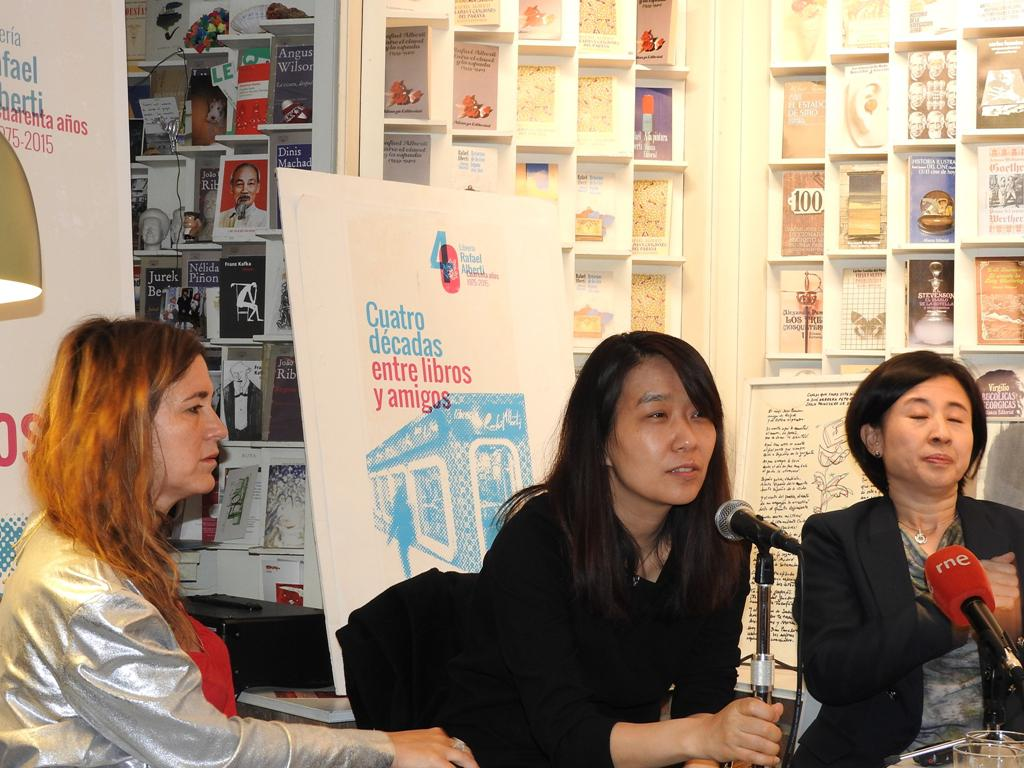 """La escritora Han Kang presenta su novela """"La vegetariana"""", después de ganar el Man Booker"""
