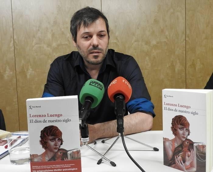 """Lorenzo Luengo presenta su thriller psicológico """"El dios de nuestro siglo"""""""