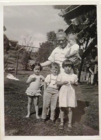 Max Aub con sus cuatro nietos, Casino de la Selva, Cuernavaca, México, ca. 1958