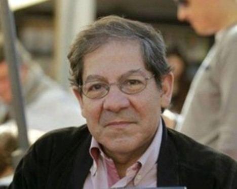 Nuno Júdice lee su poema «A condição humana» ante el Micro de la Feria del Libro de Madrid