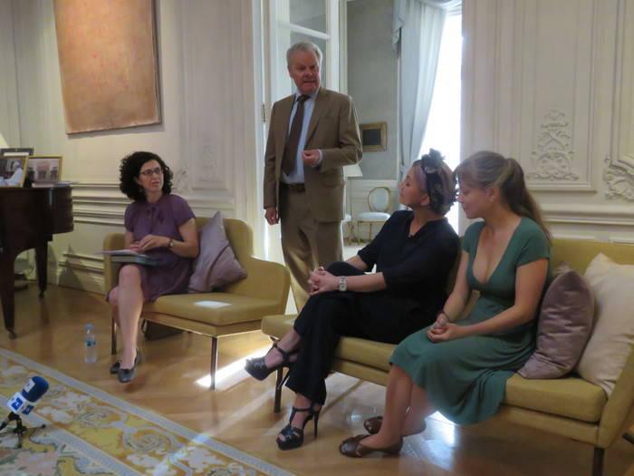 De pie, el embajador de Suecia en España, Lars- Hjalmar Wide, saludando y dando la bienvenida a los asistentes. Sentadas, de izquierda a derecha, Rocío de Isasa, editora de Maeva; la autora, Camilla Läckberg, y la traductora e interprete, Marta Armengol