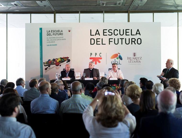 Presentación del libro La escuela del futuro, en Madrid. De izquierda a derecha, Juan María Laboa, Luis de Lezama y Luis Fernando Crespo