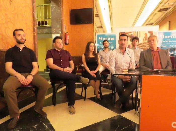 De izquierda a derecha, Damián del Castillo, Alejandro del Cerro, Olena Sloia, el director de escena, Ignacio García, dirigiéndose a los asistentes y Daniel Bianco. Detrás David Oller y Antonio González