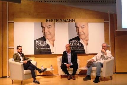 De izquierda a derecha, Gonzalo Albert,  Editor Ejecutivo de Aguilar y Suma Hispánica; Antonio Resines, autor de la obra presentada y el director de cine, Fernando Trueba
