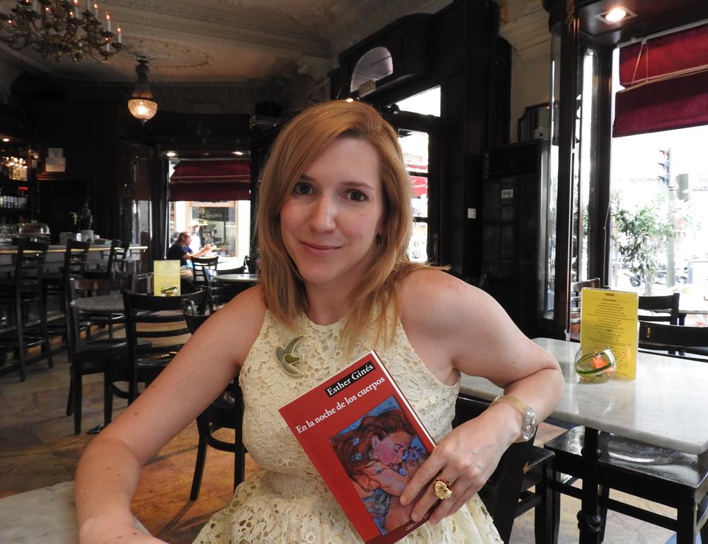 """Entrevista a Esther Ginés, autora de """"En la noche de los cuerpos"""""""