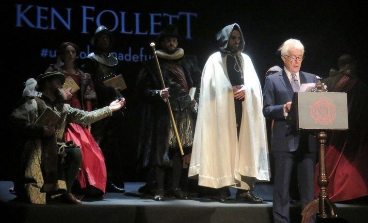 """Mientras Ken Follet presentaba 'Una columna de fuego', fueron apareciendo los """"personajes"""" de su libro, en una original coreografía digna del 'Ministerio del tiempo'"""