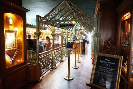 En el Restaurante Les Grands Buffets de Narbonne el precio por persona del buffet a voluntad es de 32,90€