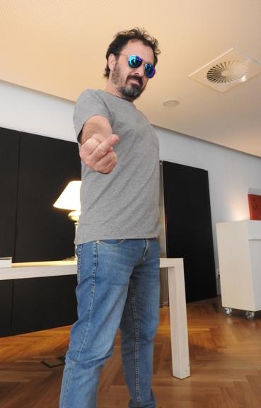 José C. Vales haciendo una peineta