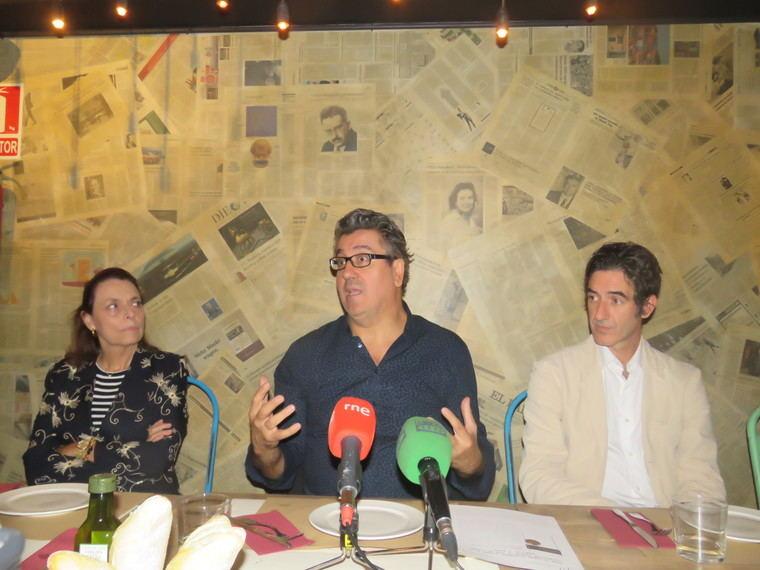 Ana Gavín, directora de la Fundación José Manuel Lara; al autor, Juan Vicente Piqueras e Ignacio Garmendia, editor de la Fundación José Manuel Lara.