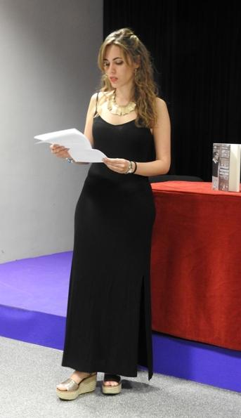 Marina Casado repasando sus notas para la presentación