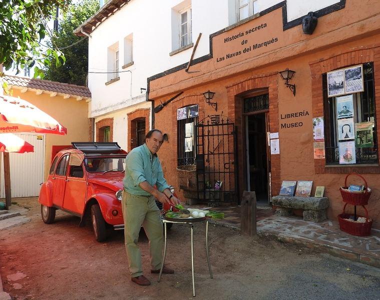Tomás García Yuste cocinando su libro