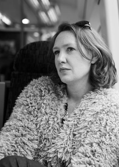 Paula Hawkins mirando por la ventanilla del tren