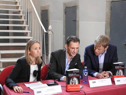 David Lagercrantz entre su editora Miriam Vall y  su traductor Martin Lexell